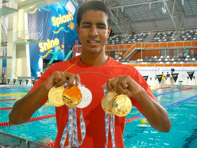 Enhamed sujetando todas sus medallas